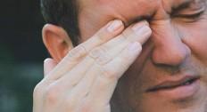 Почему болит голова в области лба и давит на глаза?